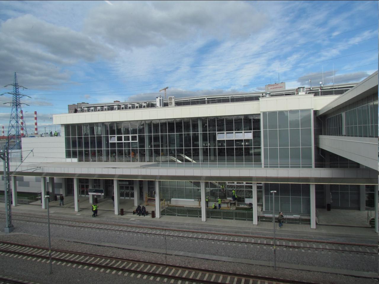 Вид на вокзал с переходного моста.