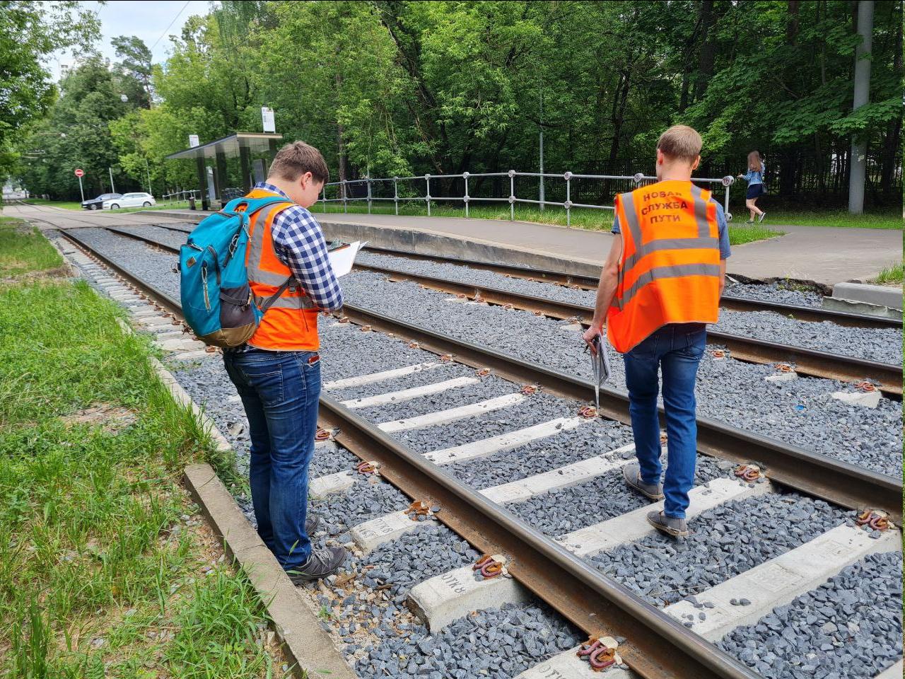 Процесс обследования трамвайный путей.