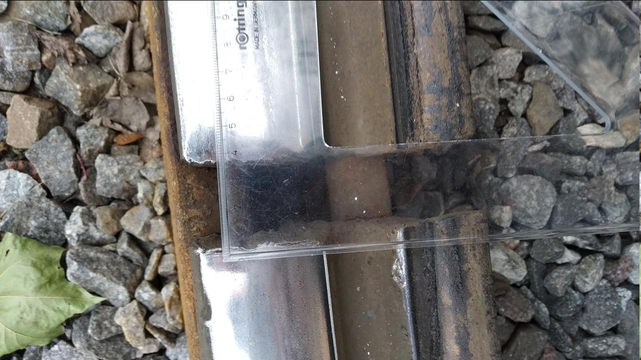Пример ненормативного стыка, шириной почти 4 см. Стыки, свыше 8 мм на трамвайных путях, особенно летом, когда металл расширяется недопустимы.