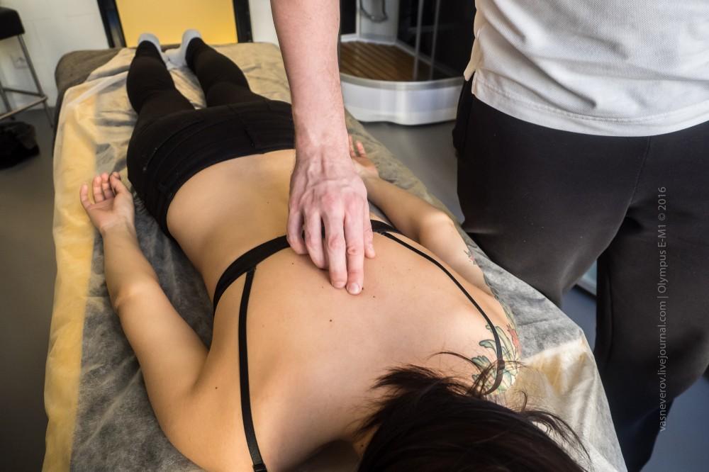 Проверка состояния позвоночника на осмотре у реабилитолога