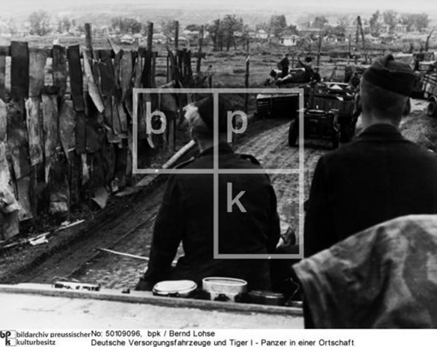 Fotograf Bernd Lohse (links eine zum Sichtschutz angebrachte Blende) - Juli 1943 - Raum Bjelgorod -Sowjetunion