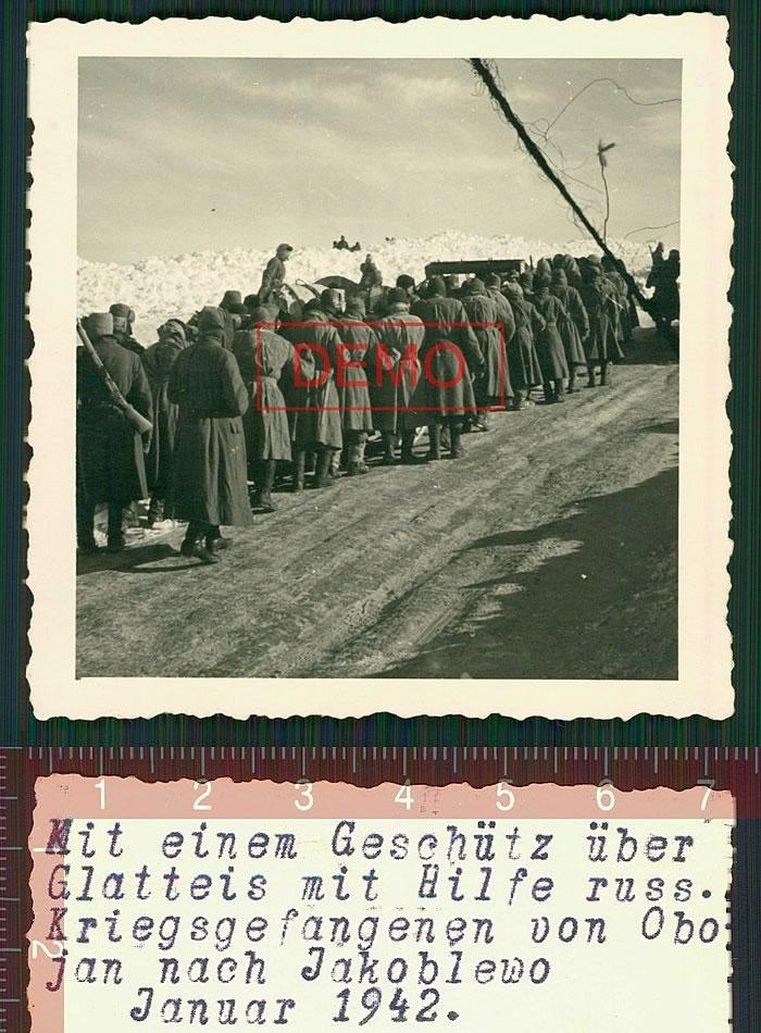 Колонна пленных красноармейцев, идущая из Обояни в Яковлево. Январь 1942