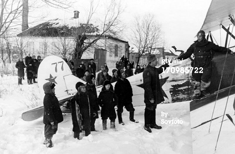 В освобожденном Белгороде в феврале 1943 года. Самолёт По-2