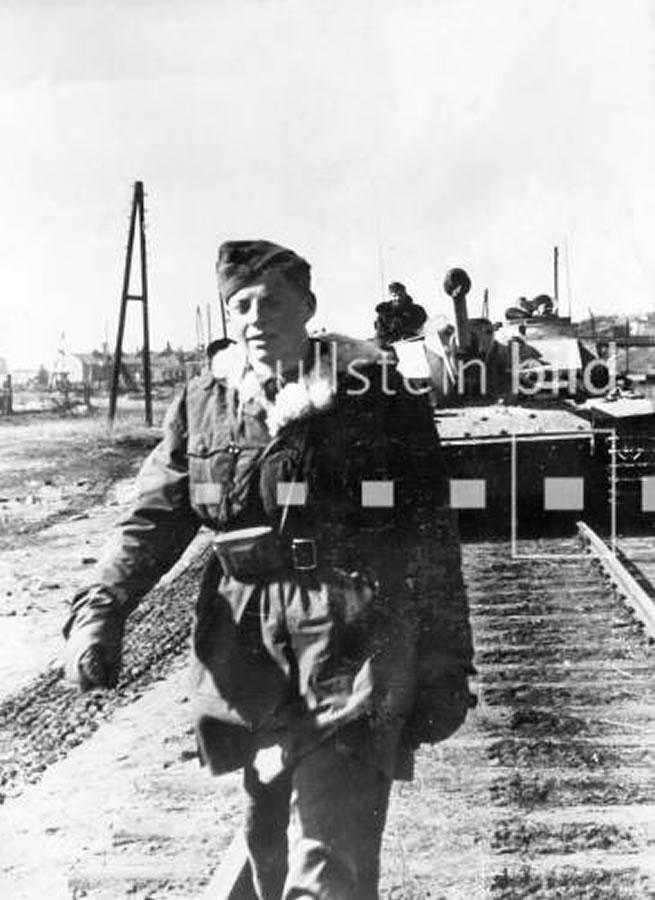 StuG III und Soldat der Waffen-SS bei Bjelgorod, März 1943