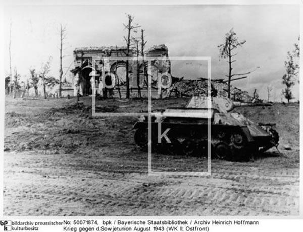 August 1943 -  Panzer T-70; zerstörte Kirche in e.Dorf; Kampf im Donez-Gebiet = Donets
