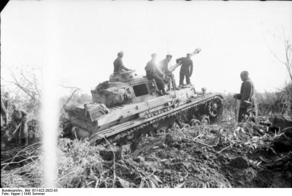 Bundesarchiv_Bild_101I-022-2922-03,_Russland,_Panzer_IV