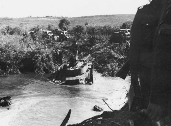 Л.Н.Лопуховский. Прохоровка без грифа секретности. Немецкий танк Т-IV преодолевает речку по броду