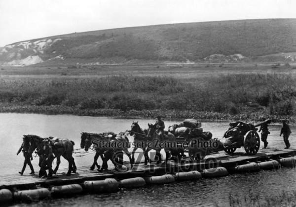 Переправа артиллерии по мосту из надувных лодок у Карнауховки-Масловой Пристани в июле 1943