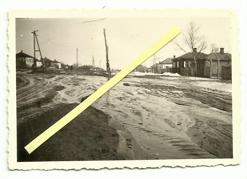 Белгород весной 1942-го.  Улица Литвинова от Первомайской. Bjelgorod Russland 1942 - Rollbahn - Schlamm - Soldaten
