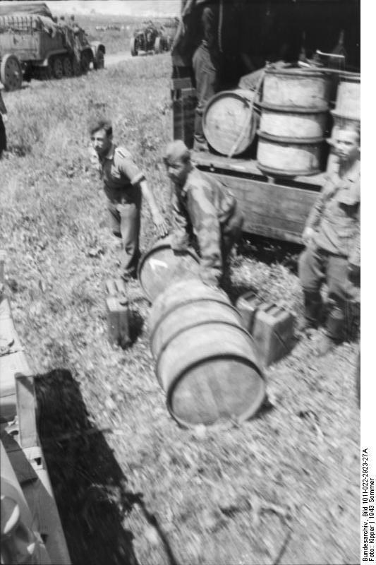 Bundesarchiv_Bild_101I-022-2923-27A,_Russland,_Treibstoff-Nachschub