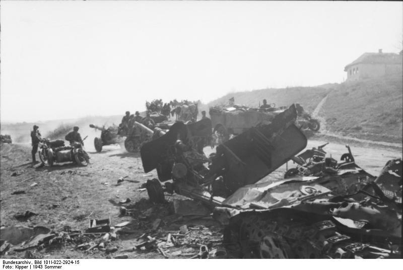 Bundesarchiv_Bild_101I-022-2924-15,_Russland,_zerstörter_Zugkraftwagen_mit_Geschütz.jpg