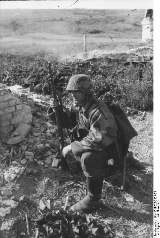 Bundesarchiv_Bild_101I-022-2924-33,_Russland,_Soldat_in_Tarnjacke.jpg
