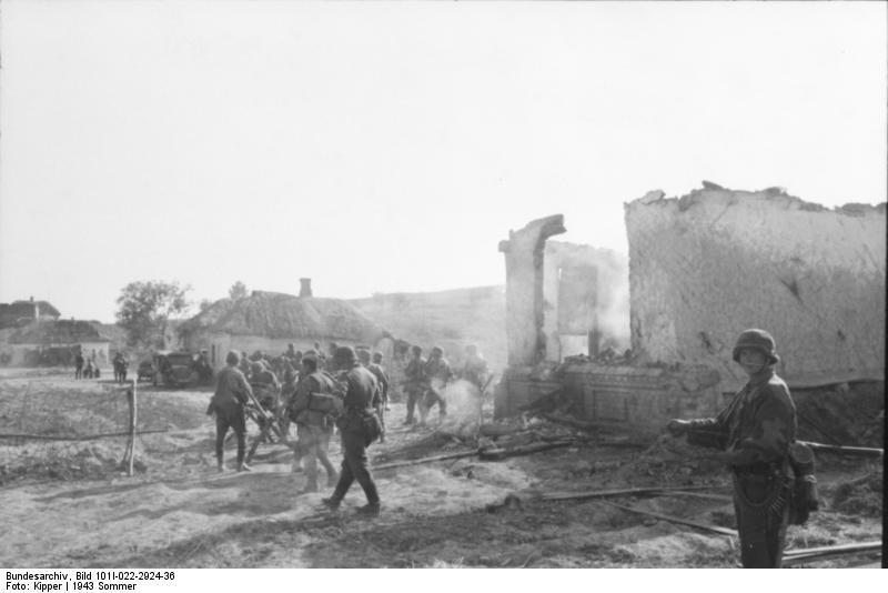 Bundesarchiv_Bild_101I-022-2924-36,_Russland,_Infanterie_in_zerstörtem_Ort.jpg