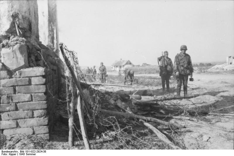 Bundesarchiv_Bild_101I-022-2924-38,_Russland,_Infanterie_in_zerstörtem_Ort.jpg