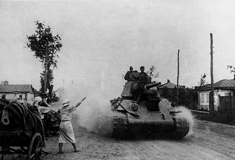 Советский танк проходит по освобожденному городу Белгороду. Федор Кислов, ТАСС