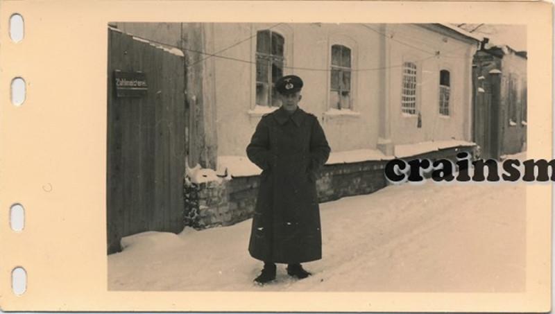 1.Sanitats-Kompanie, 79.Infanterie Division на улице у домика