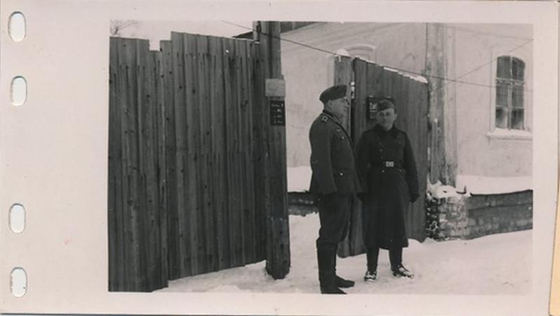 1.Sanitats-Kompanie, 79.Infanterie Division у ворот домика