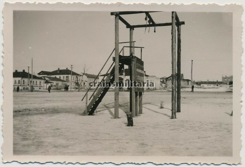 Ещё один ракурс виселицы на Базарной площади Белгорода, 1941-42