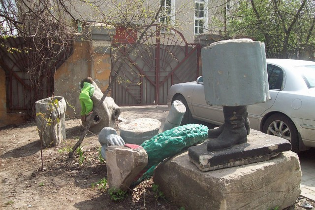 Вход в творческую мастерскую белгородского скульптора Анатолия Шишкова