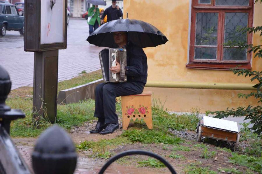 Углич и его обитатели Баянист под зонтиком
