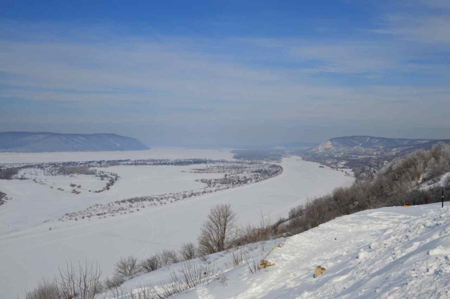 Застывшая Волга В створе гор