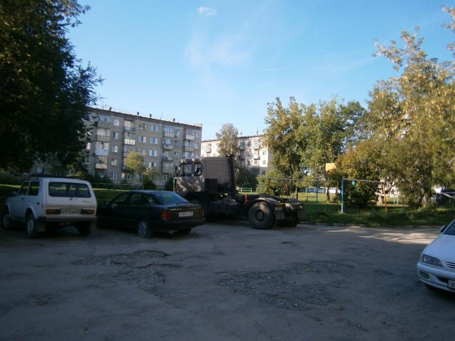 Стоянка грузового транспорта в жилой зоне