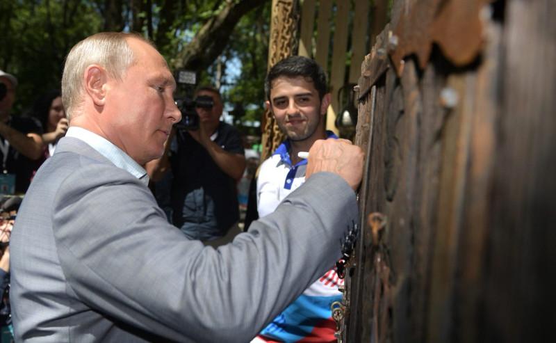 Путина попросили расписаться на двери осетинской башни XVI века