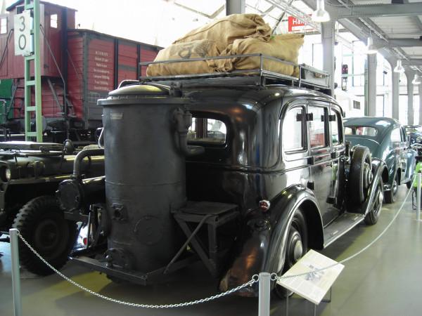 Adler_Diplomat_3_GS_mit_Holzgasgenerator-hinten_rechts