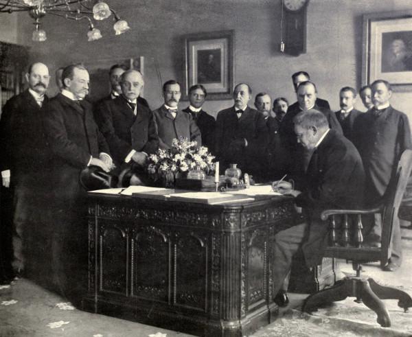 Jules_Cambon_signs_Treaty_of_Paris,_1899