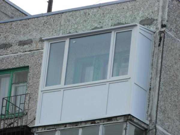 Варианты остекления открытого балкона последнего этажа..