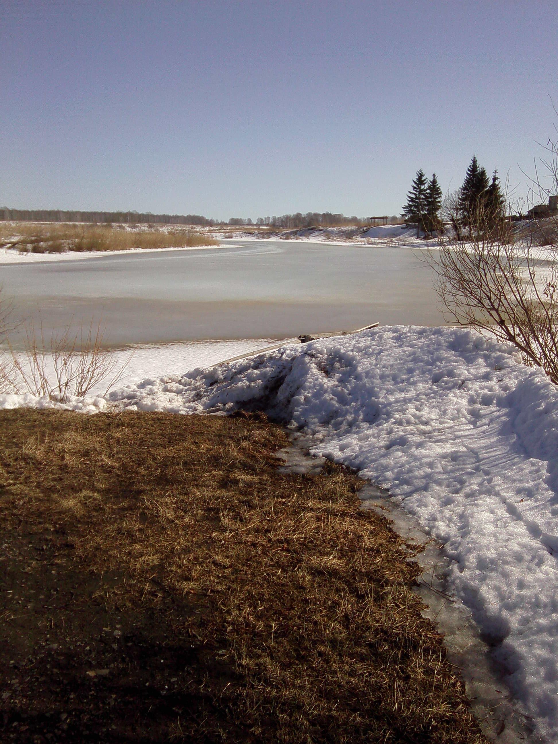 Лёд потемнел, но ещё даже не потрескался.