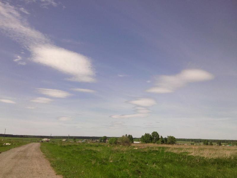 Облака, как будто не настоящие, нарисованные.