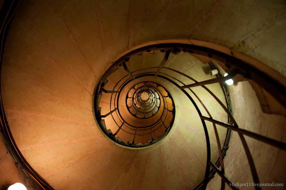 девушки на лестницах вид снизу фото
