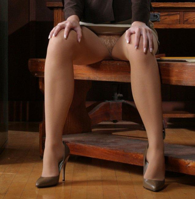 Красивые девушки ноги в офисе встрепенулась