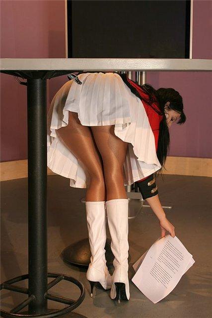 Фото женщина нагнулась и из под колготок видны белые трусики, порнофильмы сальери онлайн