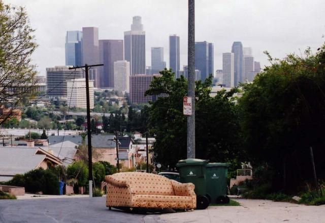 Выброшенные диваны Лос-Анжелеса