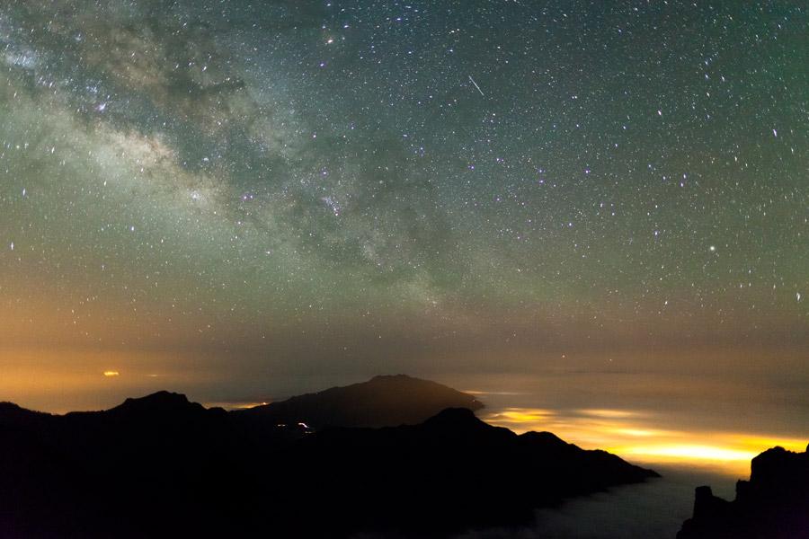 Несложно найти...  А небо здесь глубже.  А звёзды здесь ближе.