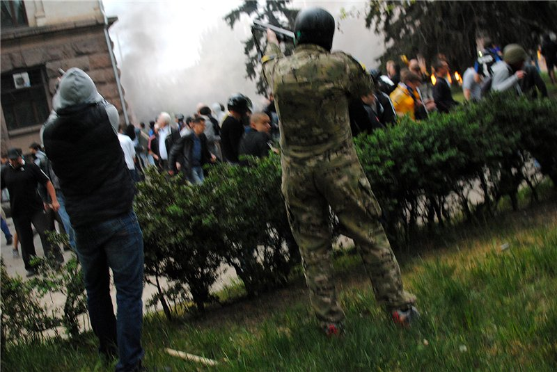 одесса стреляют в людей в горящем здании 02_04_2014