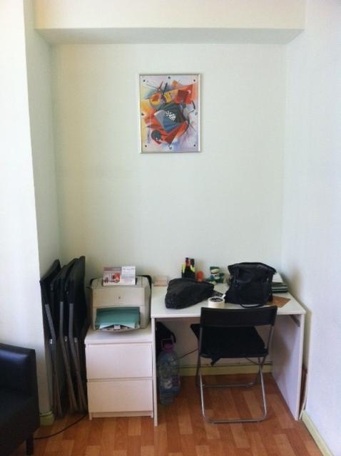 ниша с письменным столом и ноутбуком (есть wi-fi)