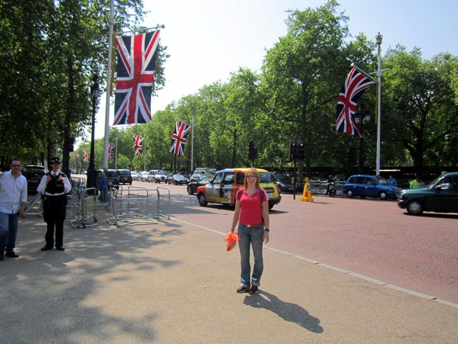 перед дворцом
