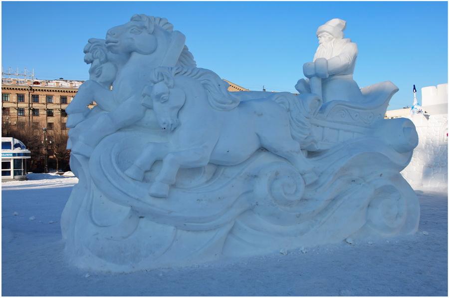 Snezhnaya-skulptura-v-Habarovske.-Ded-Moroz-i-ego-snezhnyie-loshadi.-Skulpturnyiy-ochen-antivandalnyiy-monumentalizm