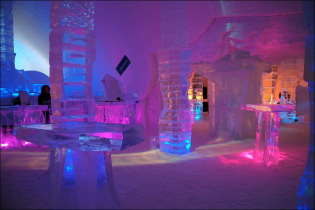 Ice Hotel in Canada (1)
