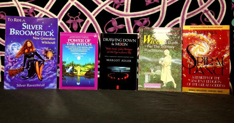 """Книги """"языческих авторитетов"""" 1970 - 1990-х: """"Серебряная метла"""" Сильвер Рейвенвольф, """"Сила ведьм"""" Лори Кэбот, """"Низведение Луны"""" Марго Адлер, """"Жить виккой"""" Скотта Каннингема, """"Танец по спирали"""" Стархоук. Здесь практически не представлено язычество без влияния викки."""
