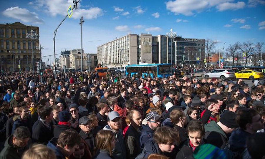 Огромная демонстрация в Москве, Навальный арестован