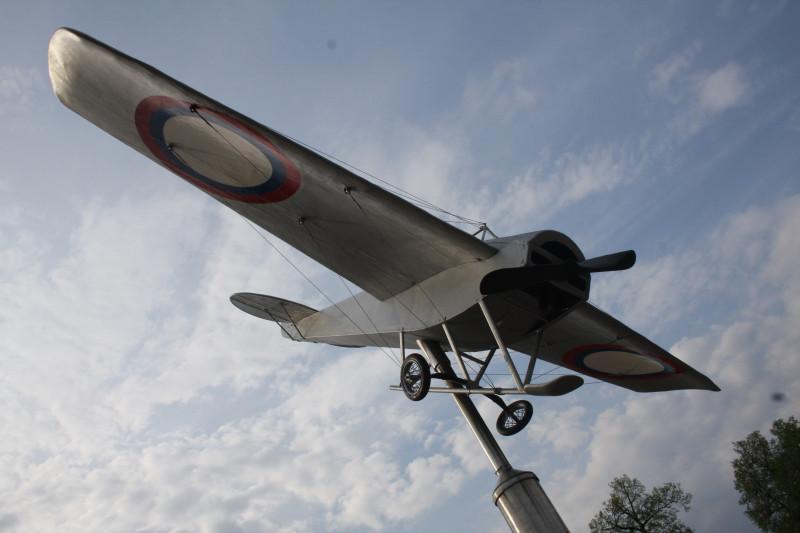 """макет самолёта """"Ньюпор"""" на котором Нестеров совершил свою первую в мире мёртвую петлю"""