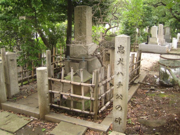 Grave_of_Hidesaburo_Ueno_and_monument_of_Hachiko,_in_the_Aoyama_Cemetery