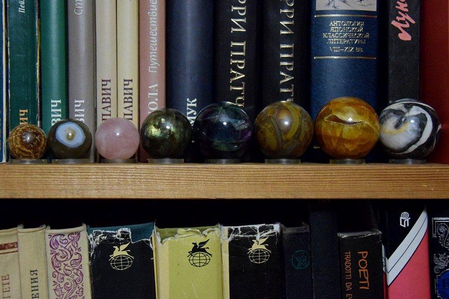 Сколько на полочке шариков цветных...