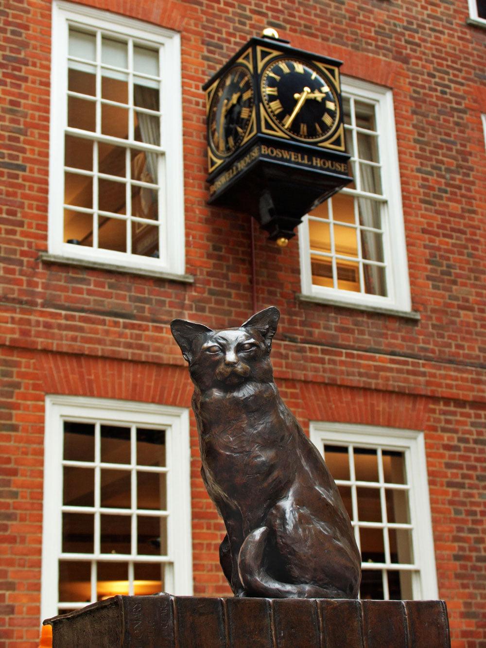 У Сэмюэла Джонсона, ученого, поэта и критика эпохи Просвещения, составившего толковый словарь английского языка в 1755 году, был кот по кличке Ходж. Скульптура былв установлена в 1997 году напротив Дома-музея Джонсона и изображает Ходжа, сидящего на словаре. На памятнике выгравированы слова хозяина: «Действительно, очень хороший кот».Скульптор Джон Бикли.