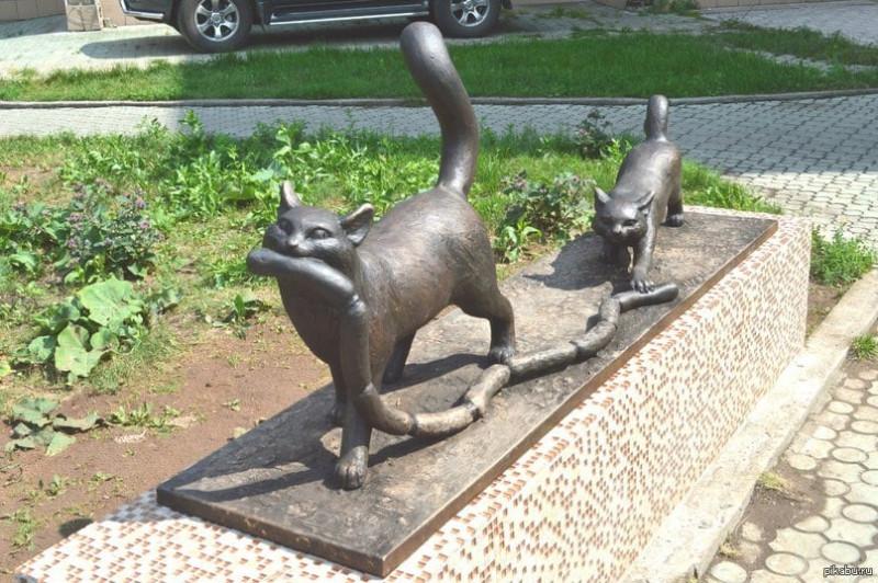 Скульптура установлена близ перекрестка улиц Ярыгина и Чертыгашева. Неподалеку удачно расположился мясной магазин. Скульптор Андрей Мурзин. 2013 год.