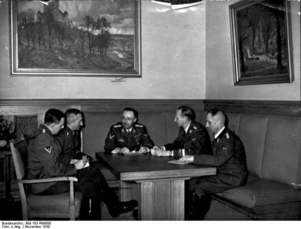 40635039_07_786pxBundesarchiv_Bild_183R98680_Besprechung_Himmler_mit_Mller_Heydrich_Nebe_Huber